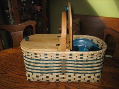 http://www.featherbaskets.com/kit%20files/Picnic%20Basket%201.jpg