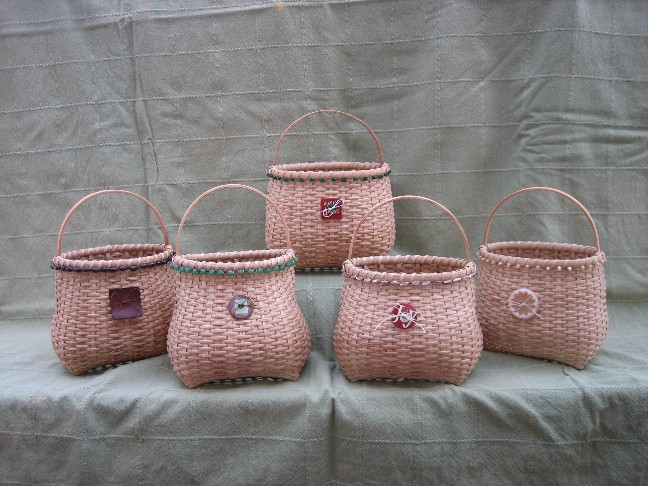 http://www.featherbaskets.com/kit%20files/small%20beaded%20cathead%20group.jpg